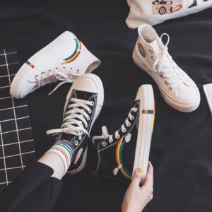 Deux paires chaussures noires et blanches style converse pointure 35 à 40 arc-en-ciel lgbt