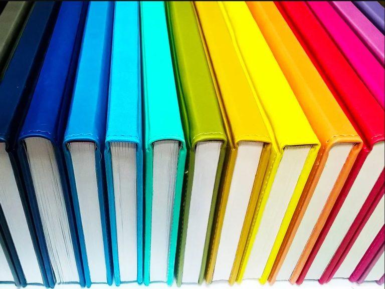 Photo étagère remplie de livres couleurs arc-en-ciel