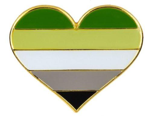 Pins forme de coeur couleurs drapeau agenre