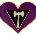 Pins en forme de coeur aux couleurs du drapeau lesbienne labrys