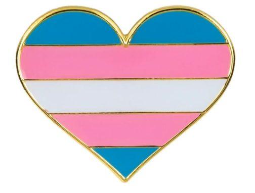 Pins en forme de coeur aux couleurs du drapeau transgenre