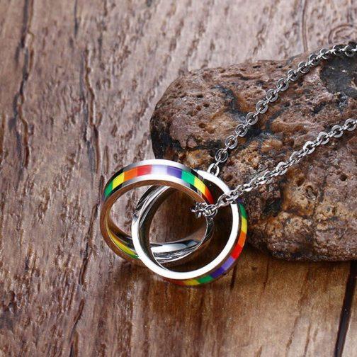 Collier LGBT arc-en-ciel acier inoxydable argenté - focus deux bagues argentées décor bois pierre