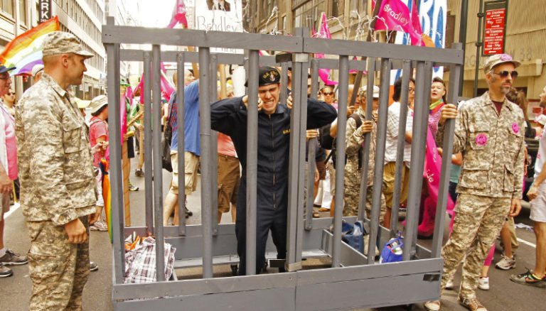 NYC Pride - Militaires LGBT - Prisonnier cage