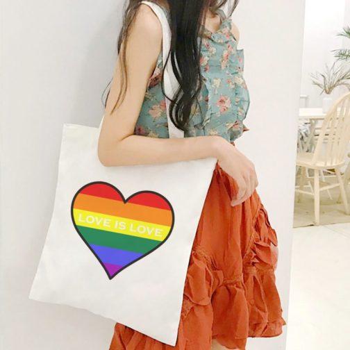 Tote bag LGBT en toile coeur arc-en-ciel love is love porté