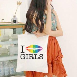 Tote bag LGBT en toile I lèvres multicolores girls arc-en-ciel I kiss girls I love girls porté