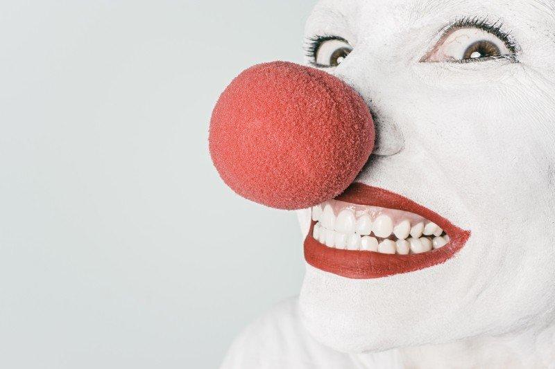 Clown nez rouge souriant