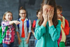 Enfant cache visage honte bully