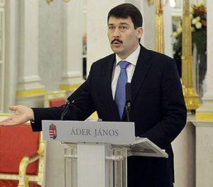 Photo Ader Janos - Président hongrois pendant discours