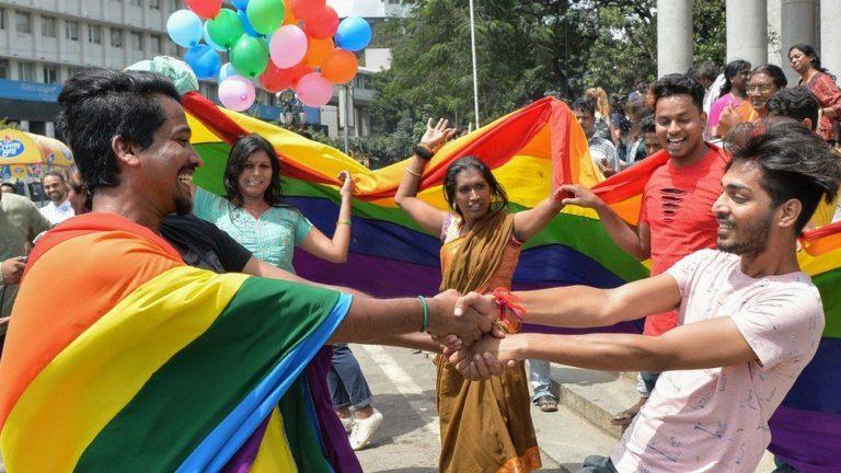 Pride LGBT Inde couple homosexuels drapeau-arc-en-ciel