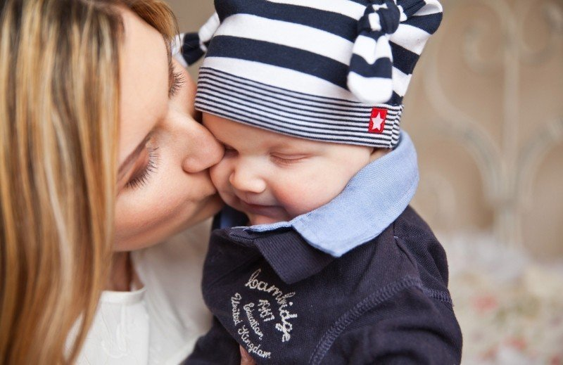 Maman embrasse enfant bébé