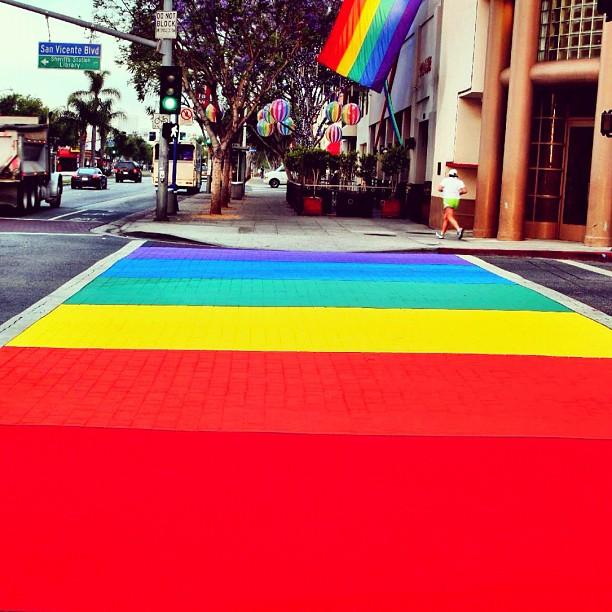 Photo passage piéton arc-en-ciel drapeau LGBT West Hollywood Californie