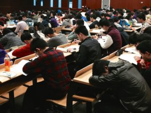 Cours magistral université amphithéâtre rempli étudiants