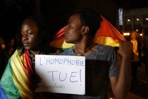 Deux homosexuels camerounais militants droits personnes LGBTQI+ drapeau arc-en-ciel