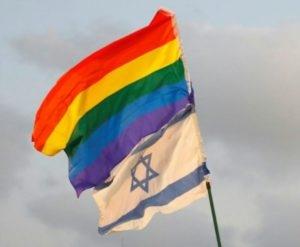 Drapeau israélien et drapeau arc-en-ciel attachés