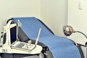 Salle médecin gynécologue fauteuil appareils lampe