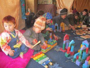 Groupe enfants jouent avec jouets arc-en-ciel