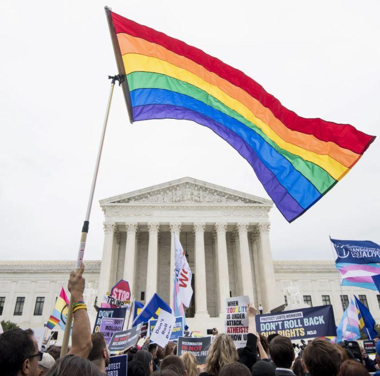 Manifestation pro-LGBTQI+ devant Cour Suprême américaine drapeaux arc-en-ciel trans et pan