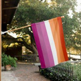 Nouveau drapeau lesbien (2019) - Photo drapeau accroché porche maison