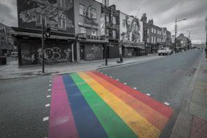 Photo noir et blanc rue passage piéton arc-en-ciel couleurs drapeau LGBT