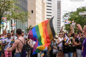 Pride parade homme portant drapeau LGBT Philadelphie