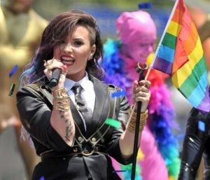 Demo Lovato porrtant drapeau arc-en-ciel LGBT pendant chanson