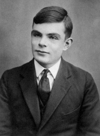 Alan Turing photo noir blanc célèbre mathématicien philosophe cryptologue anglais