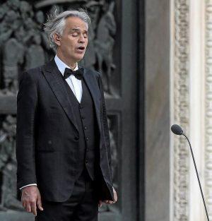 Andrea Bocelli chanteur italien performance costard
