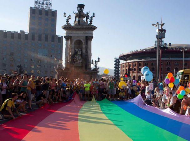 Barcelone Gay Pride Marche des fiertés Drapeau arc-en-ciel géant tendu foule