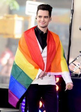 Brendon Urie chanteur Panic! at the Disco portant drapeau arc-en-ciel LGBT