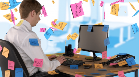 Bullying travail homme ordinateur post-it harcèlement discriminations