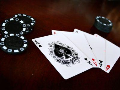 Cartes à jouer carré (quatre) as - pique, carreaux, trèfle et coeur