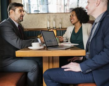 CEO Directeur et collaborateurs café brief entreprise plus inclusive