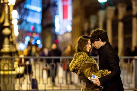 Couple homme femme très proches dans espace public