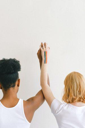 Couple lesbien - couleurs arc-en-ciel / drapeau LGBT