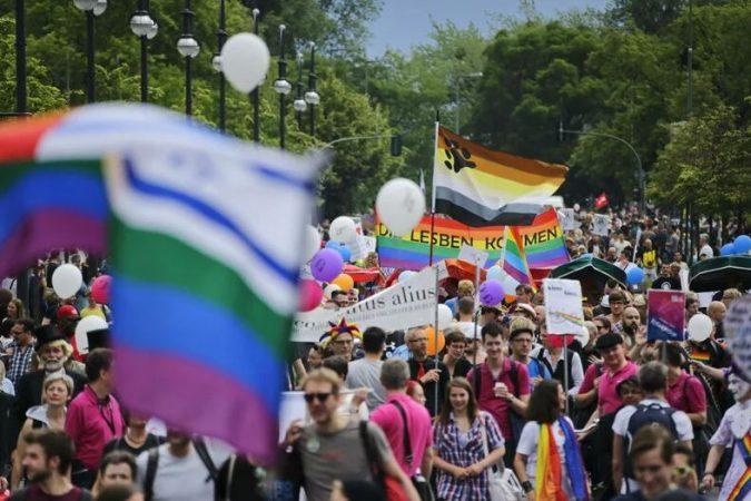 CSD Berlin - Marche des fiertés de Berlin avec des drapeaux arc-en-ciel