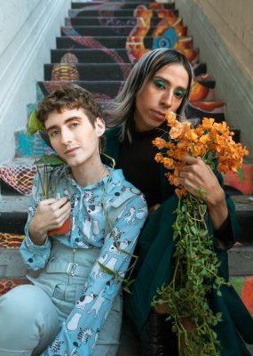 Deux personnes trans assisent marches escalier