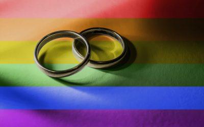 Drapeau LGBT arc-en-ciel deux alliances mariage