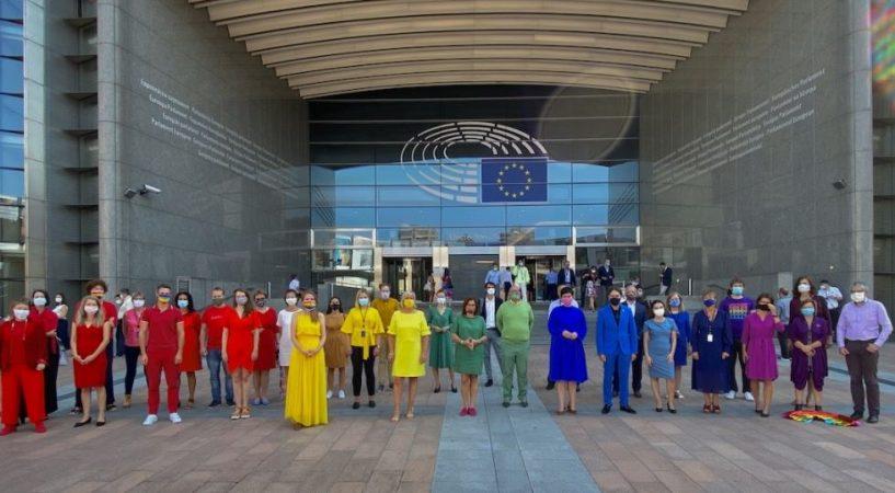 Eurodéputés devant Parlement européen, debouts pour droits personnes LGBT Union Européenne vêtements arc-en-ciel