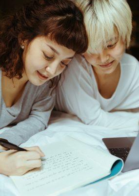 Deux femmes lesbiennes étudient ensemble