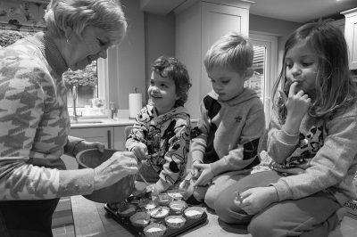 Grand-mère petits enfants faisant gâteaux