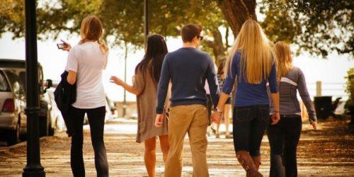 groupe amis marche rue journee ensoleillee
