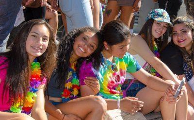 Groupe copines pride parade couleurs arc-en-ciel
