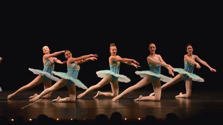 Groupe danseuses tutus bleus scène chorégraphie