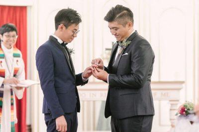 Henry Li Edgar Ng couple homosexuel Hong-Kong passant bague doigt cérémonie mariage