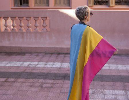 Individu drapeau pansexuel sur dos