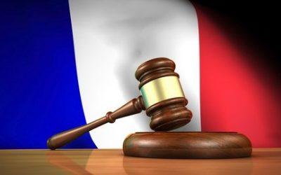 Marteau juge fond drapeau français représentant loi française