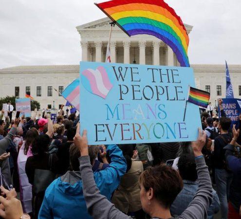 Manifestation faveur droits personnes trans LGBTQI+ États-Unis pancarte We the people means everyone