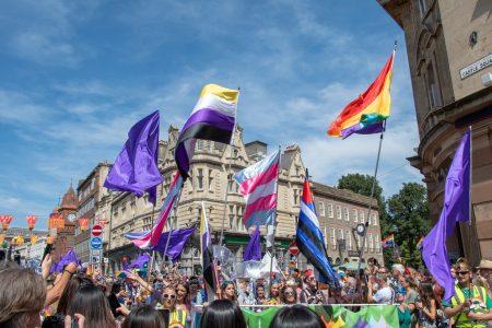 Manifestation Pride Drapeaux LGBT arc-en-ciel transgenre cuir bdsm non-binaire