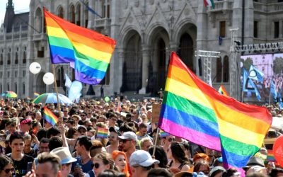 Marche des fiertés Budapest Hongrie drapeaux arc-en-ciel