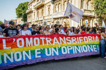 Marche des fiertés italienne message arc-en-ciel omotransbifobia non e un opinione